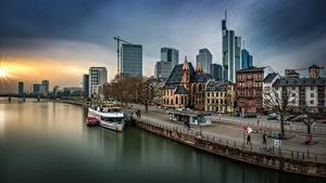 Картинки Германия Франкфурт-на-Майне Здания Река Набережная Улице город