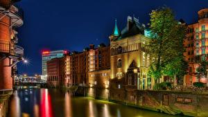 Обои для рабочего стола Германия Гамбург Здания Речка Ночью Лестница Лучи света город