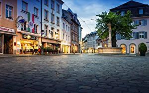 Обои для рабочего стола Германия Здания Фонтаны Вечер Улица Уличные фонари Freiburg город