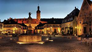 Картинка Германия Здания Фонтаны Скульптуры Городская площадь Кафе Ночь Уличные фонари Weikersheim