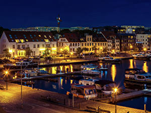 Картинка Германия Здания Речка Пирсы Катера Ночные Уличные фонари Waren