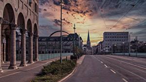 Обои Германия Здания Дороги Вечер Улица Уличные фонари Mülheim an der Ruh город
