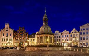 Фотографии Германия Здания Городской площади Ночные Колодец Уличные фонари Wismar Wasserkunst