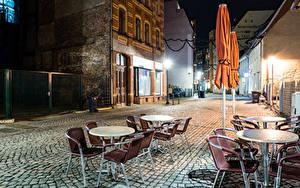 Фотографии Германия Здания Улица Ночью Уличные фонари Стола Стулья Кафе Zwickau Города