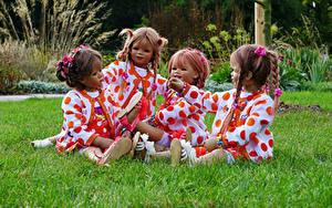 Фото Германия Парки Куклы Девочка Сидящие Траве Grugapark Essen