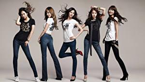 Фото Поза Улыбается Брюнеток Серый фон Футболке Руки Ног Джинсы Girls Generation, Korean Знаменитости Девушки