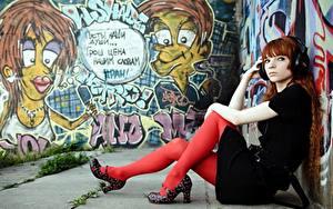Картинки Граффити Рыжая В наушниках Сидя Рука Ноги Туфлях Колготки Девушки