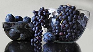 Картинка Виноград Сливы Сером фоне Продукты питания