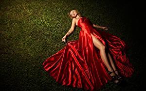 Фотографии Трава Лежачие Платье Блондинка Руки Ноги