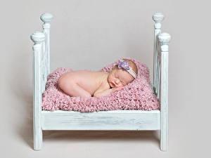 Картинки Серый фон Кровать Грудной ребёнок Спящий Ребёнок