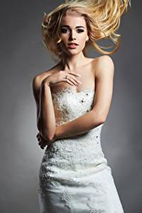 Фотографии Серый фон Блондинка Невеста Платье Руки Смотрит Девушки