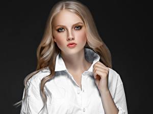 Фотография Серый фон Блондинка Рубашка Смотрит Руки Девушки