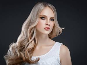 Фотография Серый фон Блондинки Взгляд Волос Красивая молодая женщина