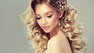 Фотография Сером фоне Блондинки Волос Лица Красивая Прически Фотомодель