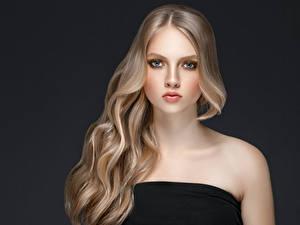 Картинки Серый фон Блондинка Волосы Взгляд Красивые Девушки