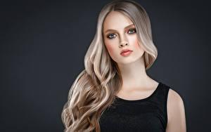 Фото Серый фон Блондинка Волосы Взгляд Красивые Девушки