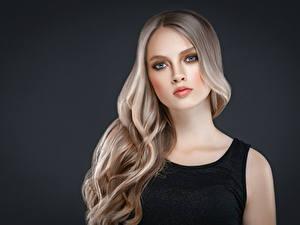 Фото Серый фон Блондинка Волосы Взгляд Красивая девушка