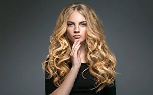 Картинки Серый фон Блондинка Волосы Руки Взгляд Девушки
