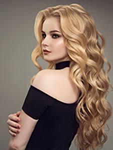 Картинки Серый фон Блондинка Волосы Макияж Девушки