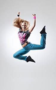 Обои Серый фон Блондинка Руки Прыжок Улыбка