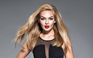 Картинки Серый фон Блондинка Макияж Взгляд Волосы молодая женщина