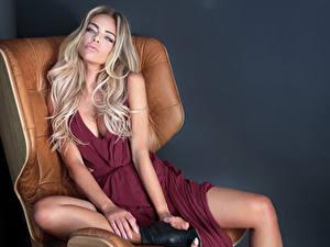 Картинка Сером фоне Блондинка Сидя Платья Взгляд Руки Кресло Девушки
