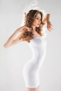 Обои Серый фон Шатенка Платье Невеста Руки Девушки