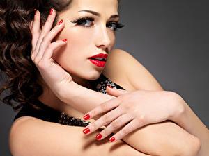 Обои Серый фон Шатенки Лица Красные губы Руки Маникюр Макияж Красивый молодые женщины