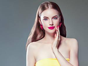 Обои для рабочего стола Серый фон Шатенка Смотрят Серег Руки Маникюр Красные губы молодые женщины