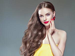 Фото Серый фон Шатенка Волосы Руки Маникюр Красные губы Девушки