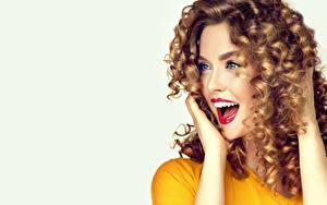 Картинки Серый фон Шатенка Счастье Взгляд Рука Красными губами Красивые молодая женщина
