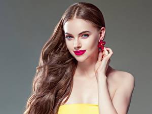 Картинка Сером фоне Шатенки Красные губы Волосы Серег Руки Красивый девушка