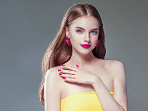 Фото Серый фон Шатенка Красные губы Руки Маникюр Серьги Красивые Девушки