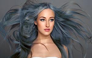Обои Серый фон Волос Смотрят Красивые Лица молодая женщина