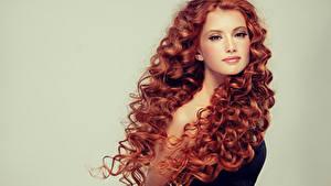 Фотографии Серый фон Рыжая Волосы Смотрит Красивые Девушки