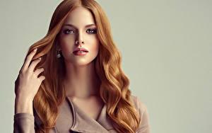 Картинки Серый фон Рыжая Волосы Взгляд Руки Красивые Девушки