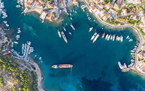 Картинка Греция Здания Речка Пирсы Речные суда Яхта Сверху Spetses город