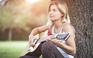 Обои Гитара Блондинка Боке Сидит молодые женщины