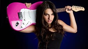Обои Гитара Брюнетка Смотрит Музыка Девушки