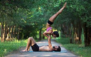 Фотографии Гимнастика Мужчины 2 Физические упражнения Ноги Спорт Девушки