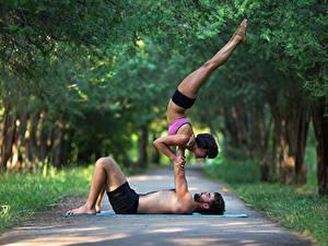 Фотографии Гимнастика Мужчины Двое Тренируется Ноги спортивный Девушки
