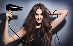 Фотография Шатенка Улыбка Волосы Руки Hair dryer Девушки