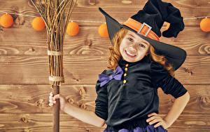 Картинки Хэллоуин Девочки Шляпе Улыбается ребёнок