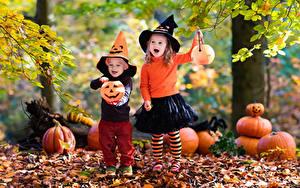Обои Хеллоуин Тыква Девочки Мальчик Листья Шляпы Двое ребёнок