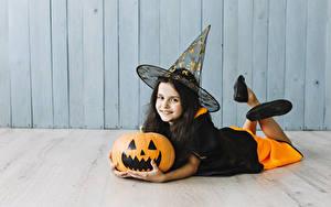 Фото Хеллоуин Тыква Ведьма Девочка Униформа Улыбается Взгляд Шляпа Лежа Дети