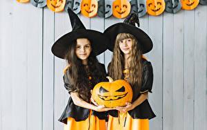 Обои для рабочего стола Хеллоуин Тыква Ведьма Двое Шляпа Взгляд Рука Девочки Дети