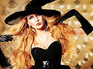 Картинки Хеллоуин Ведьма Блондинка Шляпа Серег Перчатки Макияж Взгляд молодые женщины