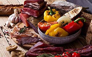 Фотография Ветчина Овощи Чеснок Перец Разделочная доска Пища