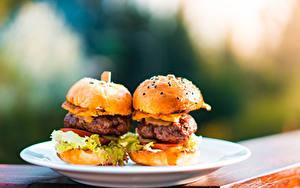 Фотография Гамбургер Булочки Быстрое питание Котлеты Размытый фон Тарелка Еда