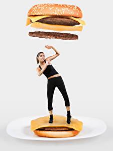 Фотография Гамбургер Креативные Булочки Котлета Сыры Сером фоне Шатенки Рука Испуг Девушки Еда